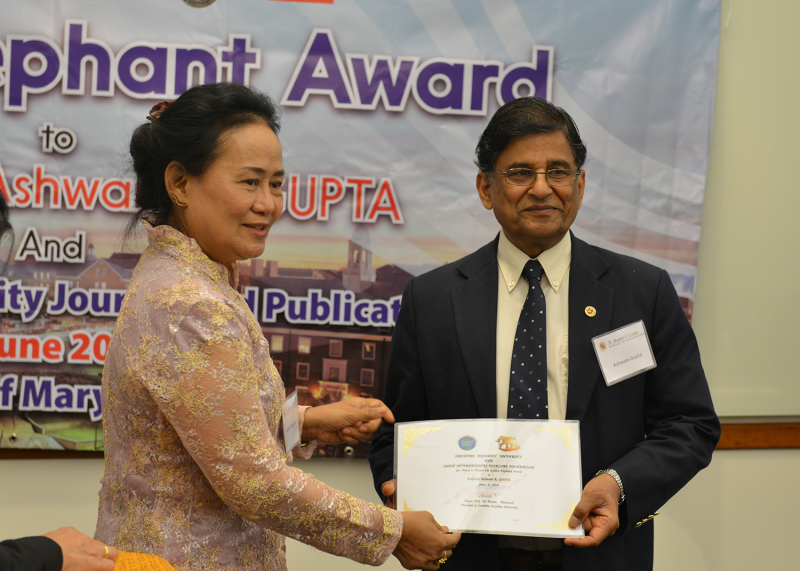 Ashwani Gupta receiving the Golden Elephant Award